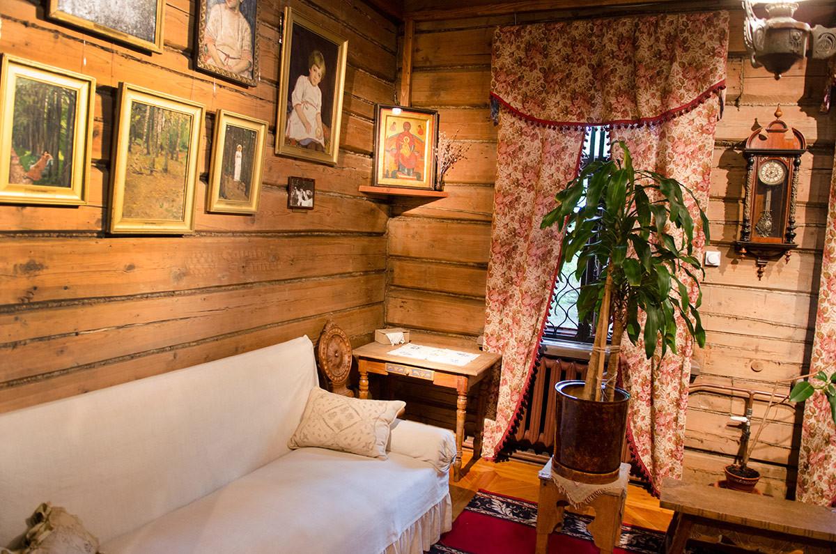 Красный угол гостиной в музее Васнецова