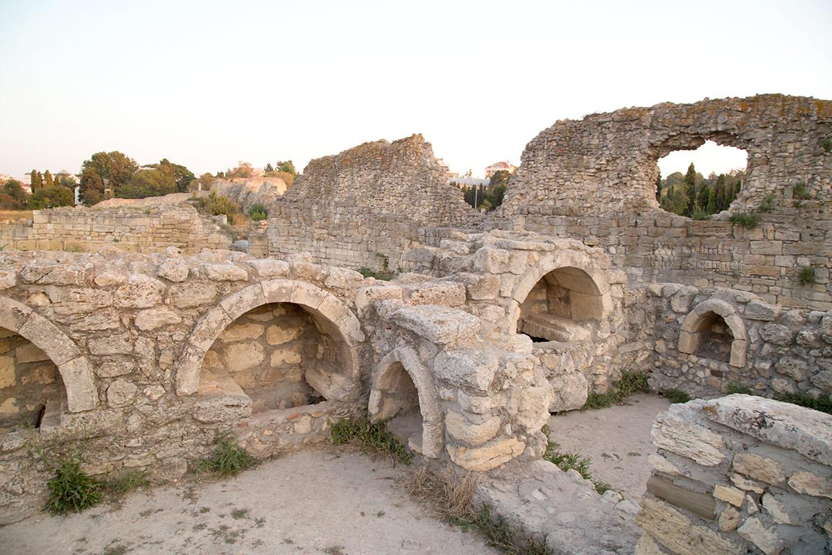 Херсонес. Храм с арочными нишами.