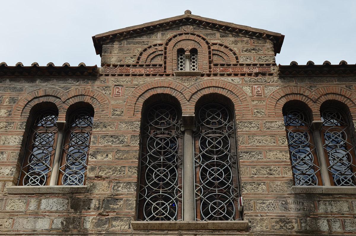 Заниженная крыша храма Святой Живоначальной Троицы.