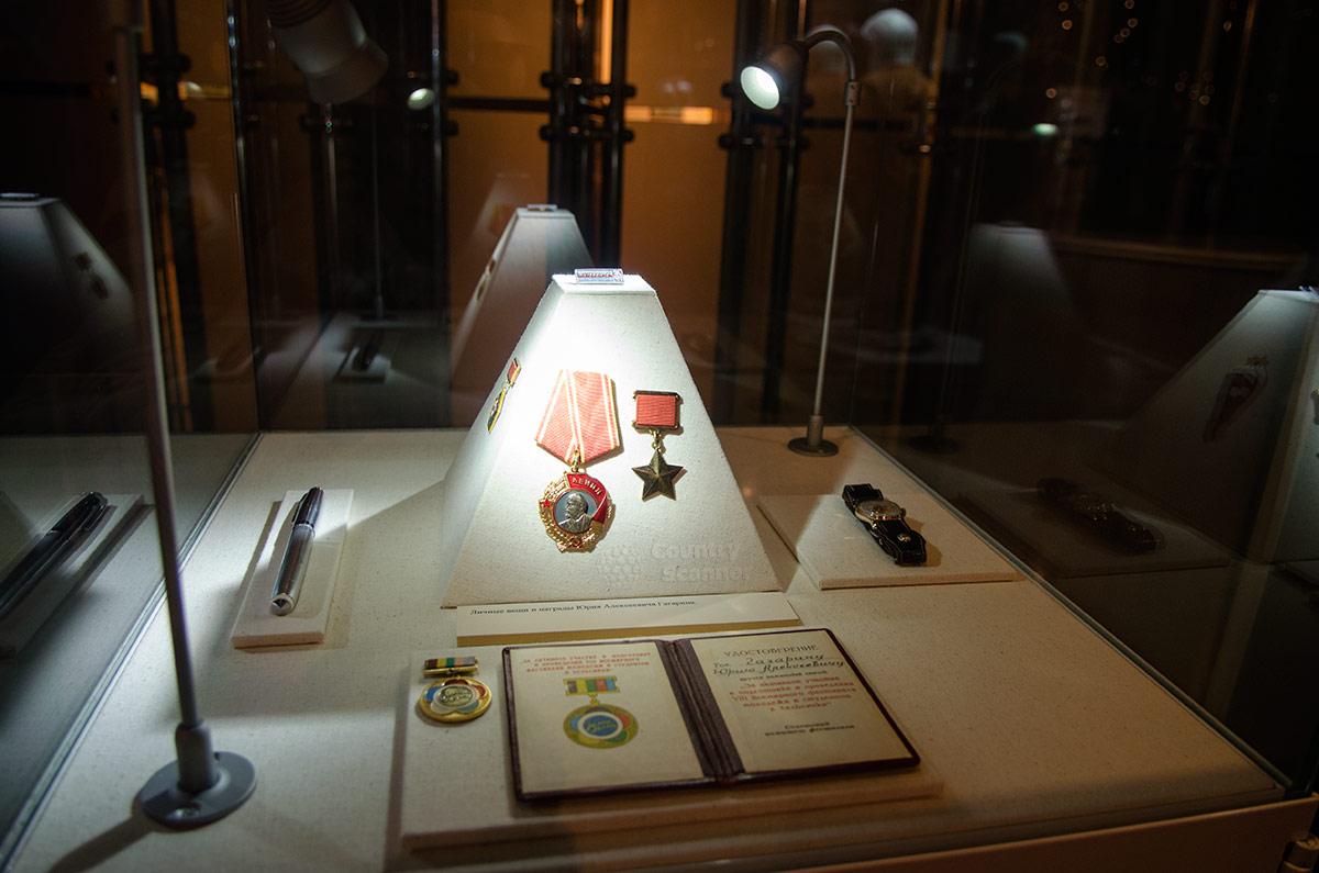 Гагарину принадлежали представленные в витрине музея космонавтики высокие награды Советского Союза, которыми отмечен первый полет человека в космос.