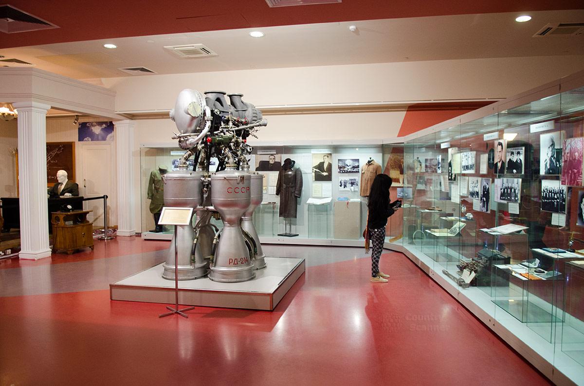 Жидкостные ракетные двигатели были и остаются основными при конструировании космических ракет. Музей космонавтики представляет один из таких, автор проекта – академик Глушко.