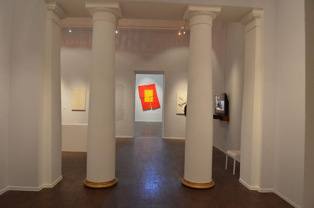 Единственный примечательный архитектурный элемент внутреннего оформления московского музея современного искусства на Гоголевском бульваре – колонны на пути к выставочным залам.