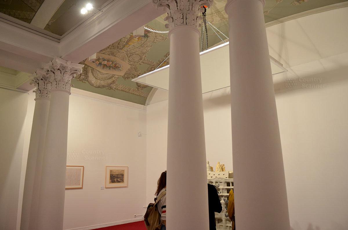 Старинная колоннада коринфского ордера. Петровка 25 - музей современного искусства.