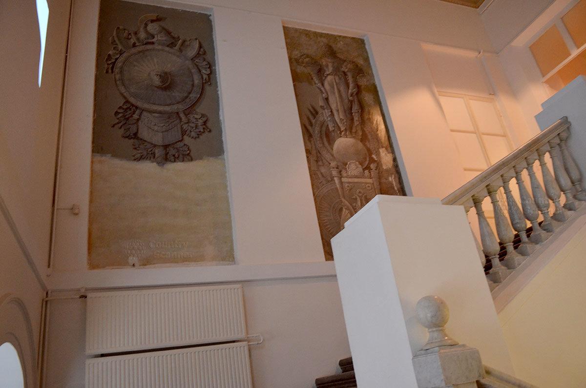Нечасто в сохранившихся зданиях старинной постройки можно увидеть одноцветную роспись стен и потолков – гризайль. Одно из исключений находится на улице Петровка 25 – музей современного искусства.