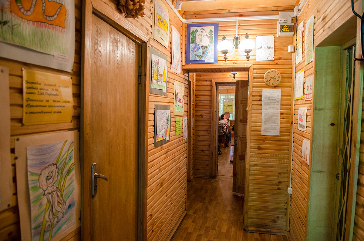 Коридор выставочного корпуса музея Булата Окуджавы увешан студенческими работами и детскими рисунками по мотивам песен Булата Шалвовича, под часами информация о работе музея.