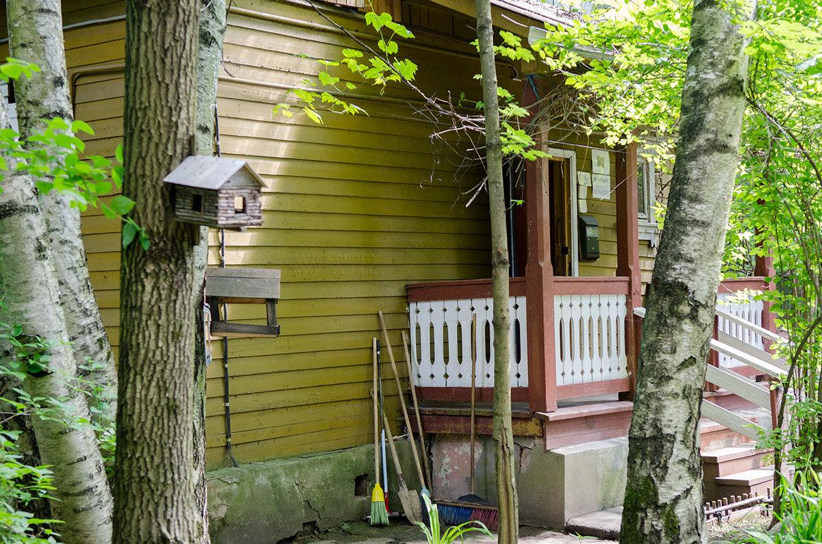 Живописное крылечко предваряет вход в главное здание комплекса музея Булата Окуджавы – его дачный домик. Многое напоминает о хозяине, в том числе его кормушки для лесных птиц.