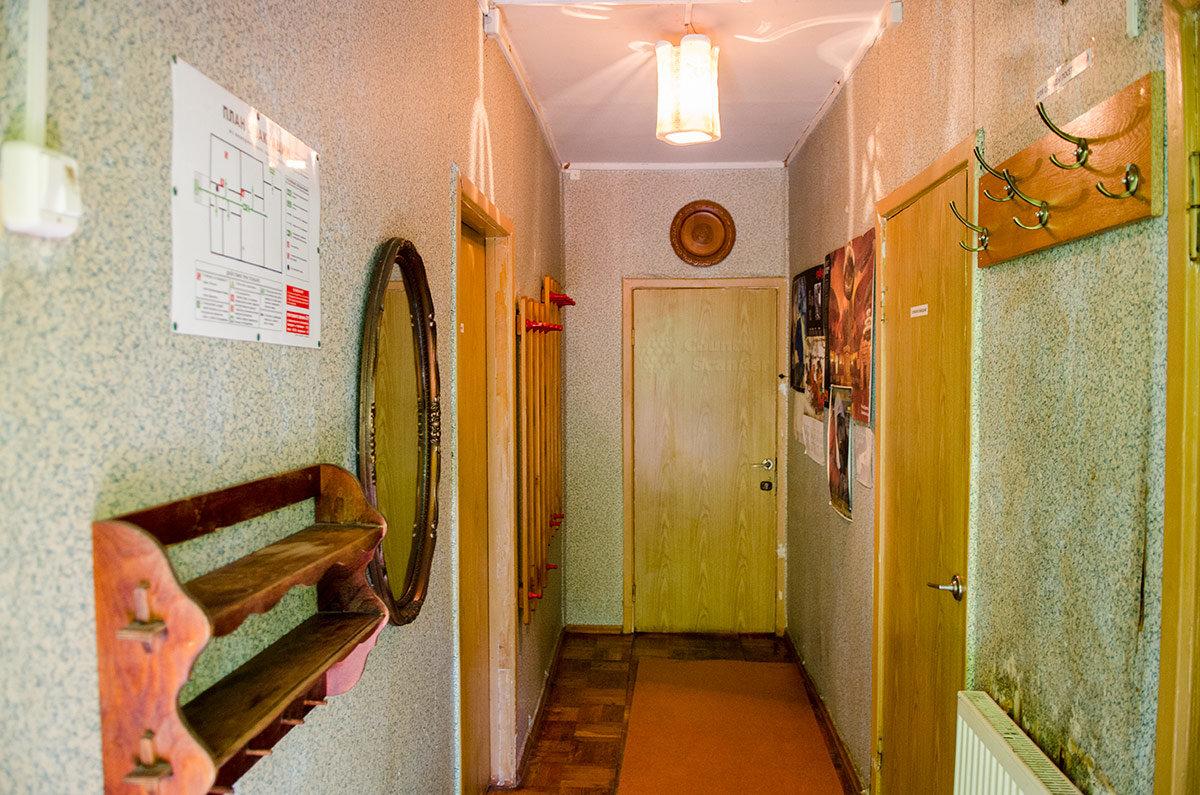 План эвакуации посетителей музея Булата Окуджавы в случае пожара служит одновременно для ориентирования туристов в расположении комнат и их назначении. Несколько вешалок предназначены для людей всех возрастов.