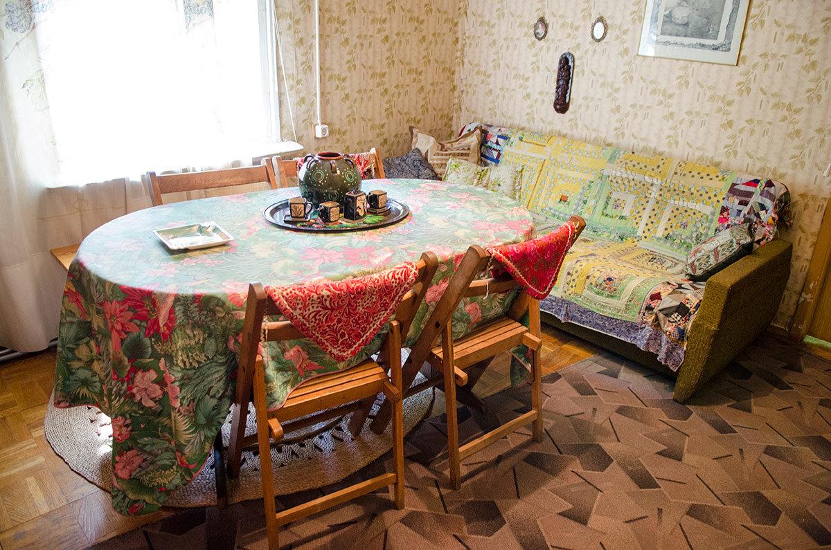 Самое большое помещение жилого дома в музее Булата Окуджавы ранее служило и столовой, и гостиной. Среди скромной обстановки выделяется необычный набор керамической посуды.