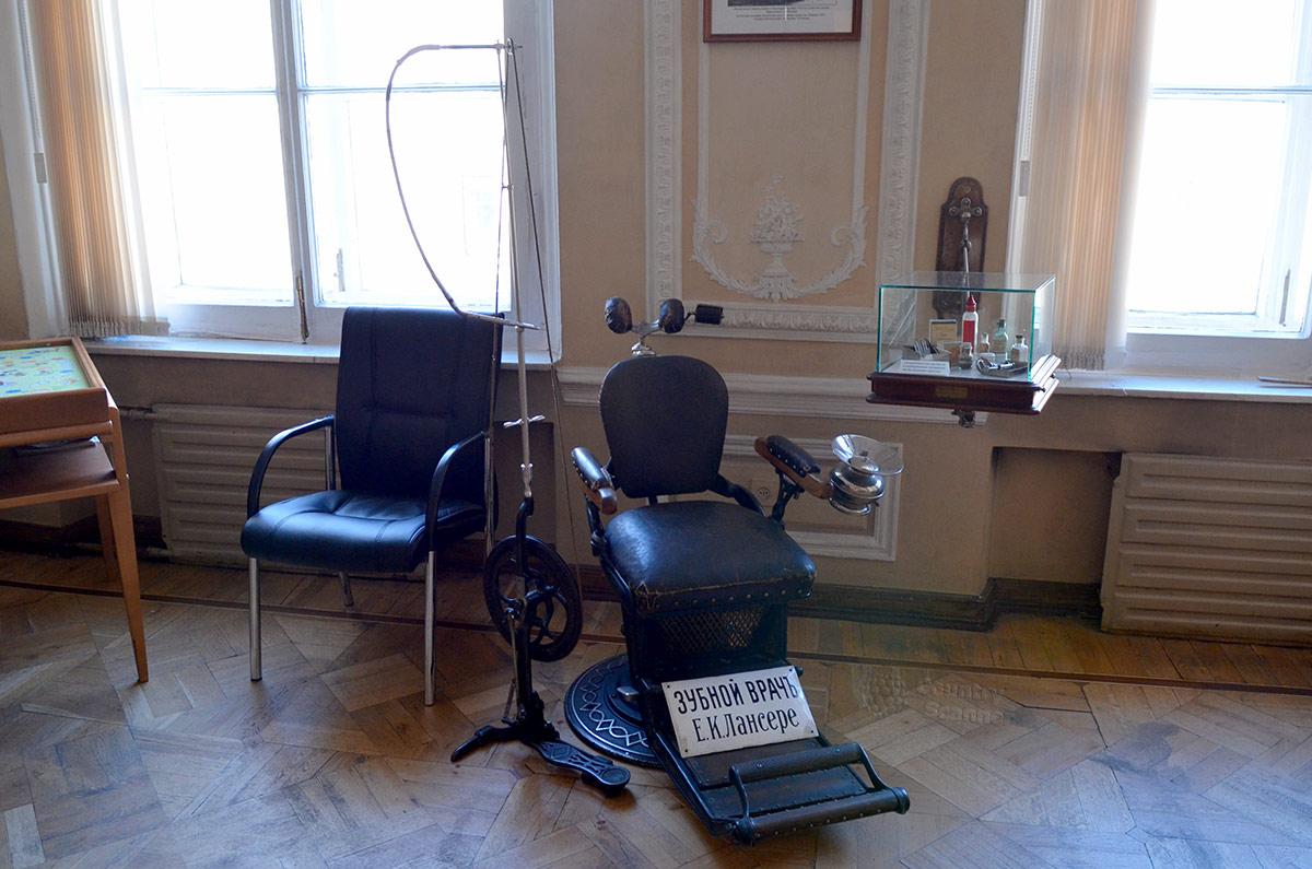 Музей гигиены. Зубоврачебное кресло начала прошлого века.
