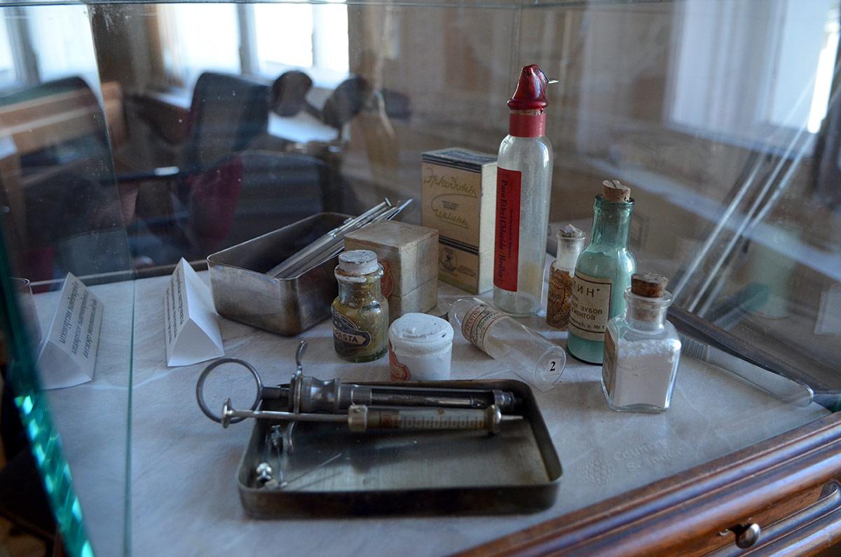Музе гигиены. Набор медицинских инструментов и препаратов стоматолога давних времен.