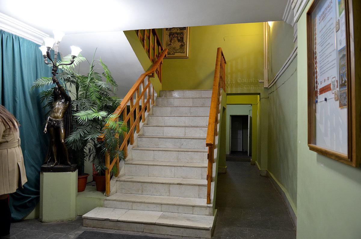 Лестница на второй этаж музея Серебряного века.