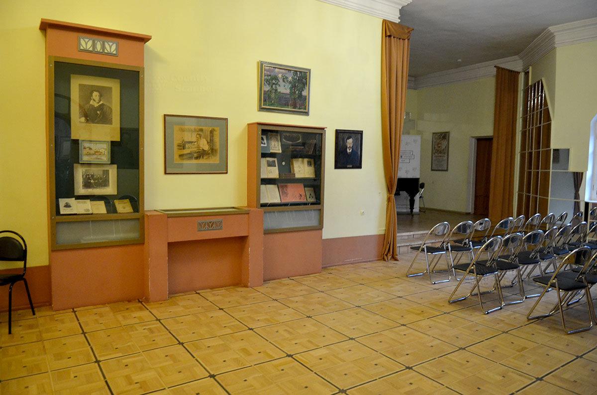 Центральный зал второго этажа музея Серебряного века.