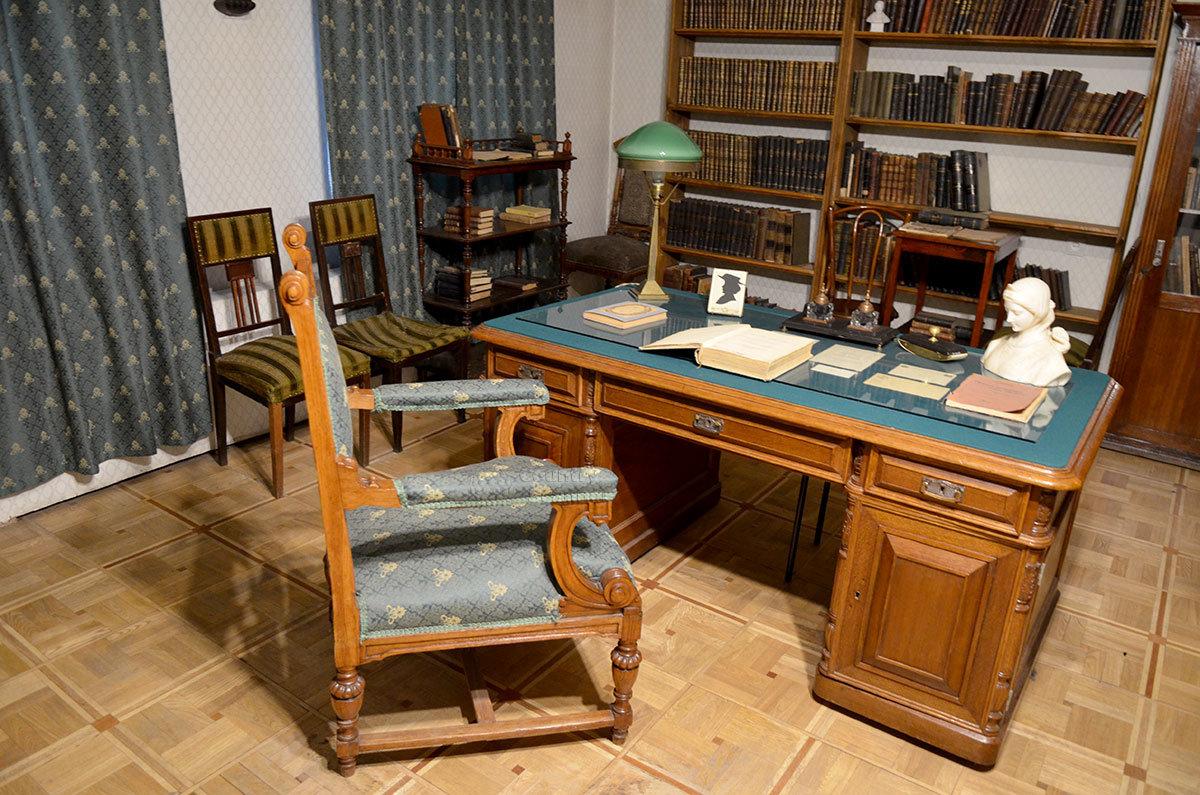 Письменный стол в мемориальном кабинете Брюсова в музее Серебряного века.