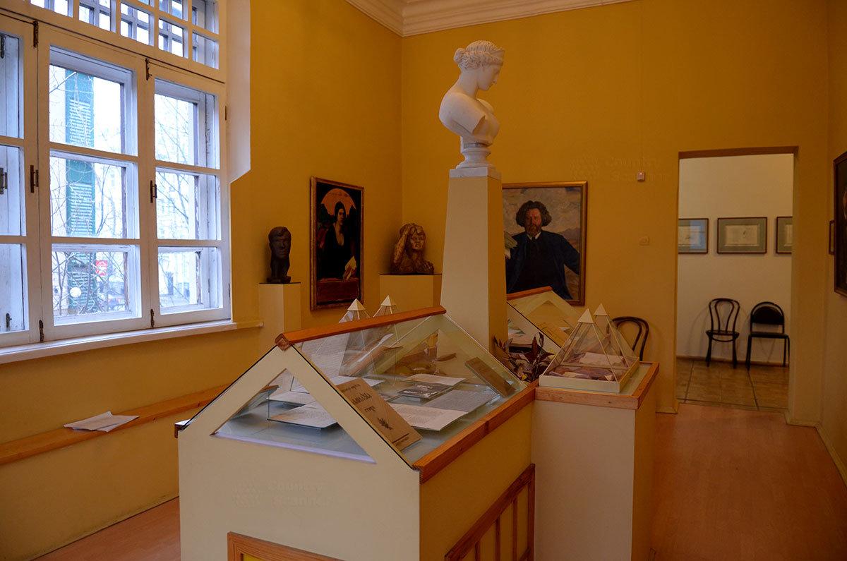 Витрины зала акмеизма в музее Серебряного века.