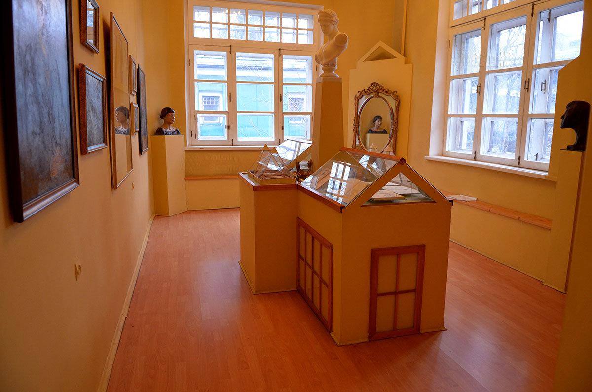 Зал акмеизма в музее Серебряного века – вид на окна.