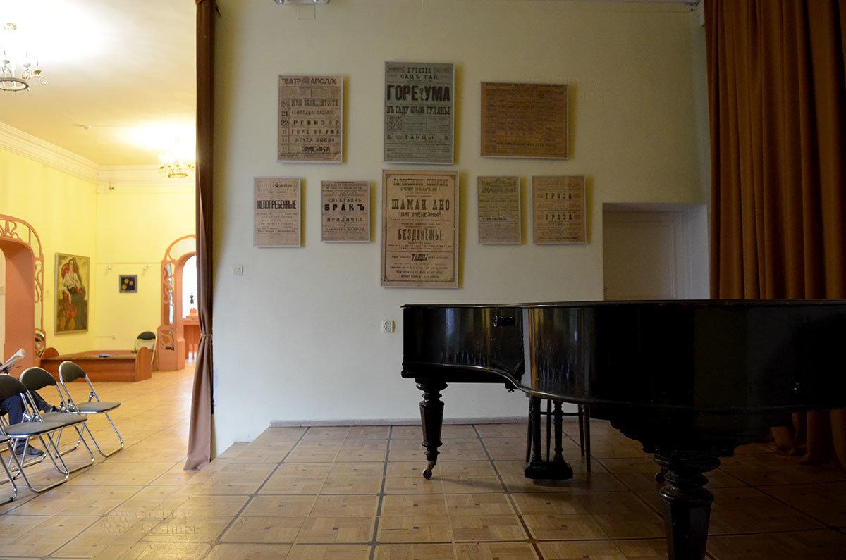 Рояль в сценической нише концертного зала музея Серебряного века.