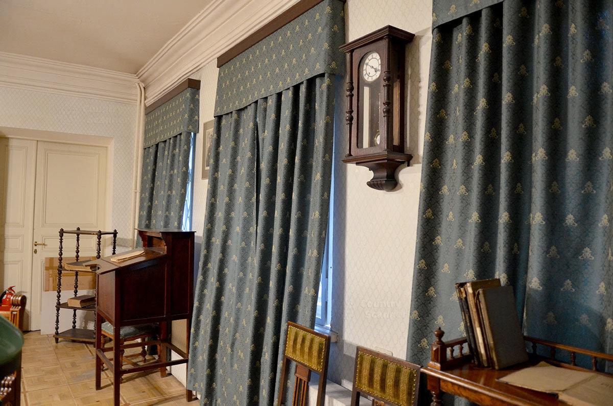 Зашторенные окна кабинета Валерия Брюсова в музее Серебряного века.