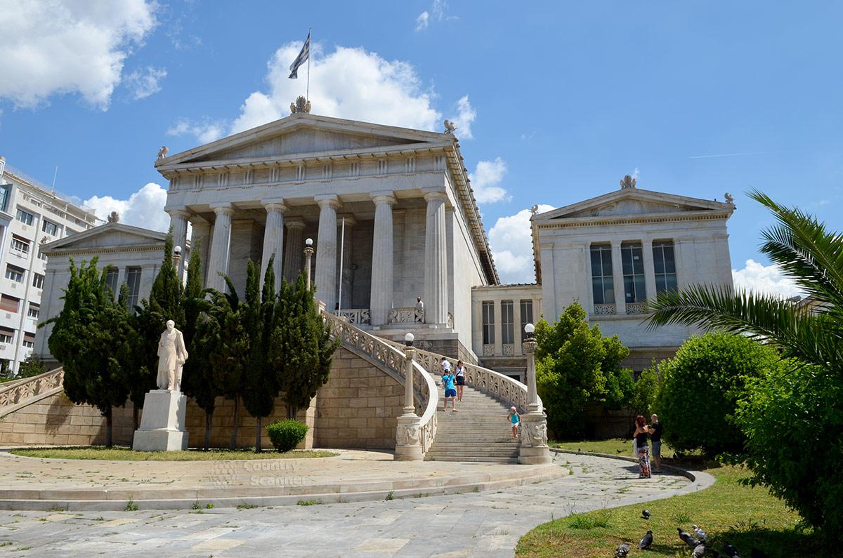 Фронтальный ракурс Национальной библиотеки Греции представляет составляющие комплекса – главное здание, боковые флигели и соединительные галереи, а также красочную входную группу.