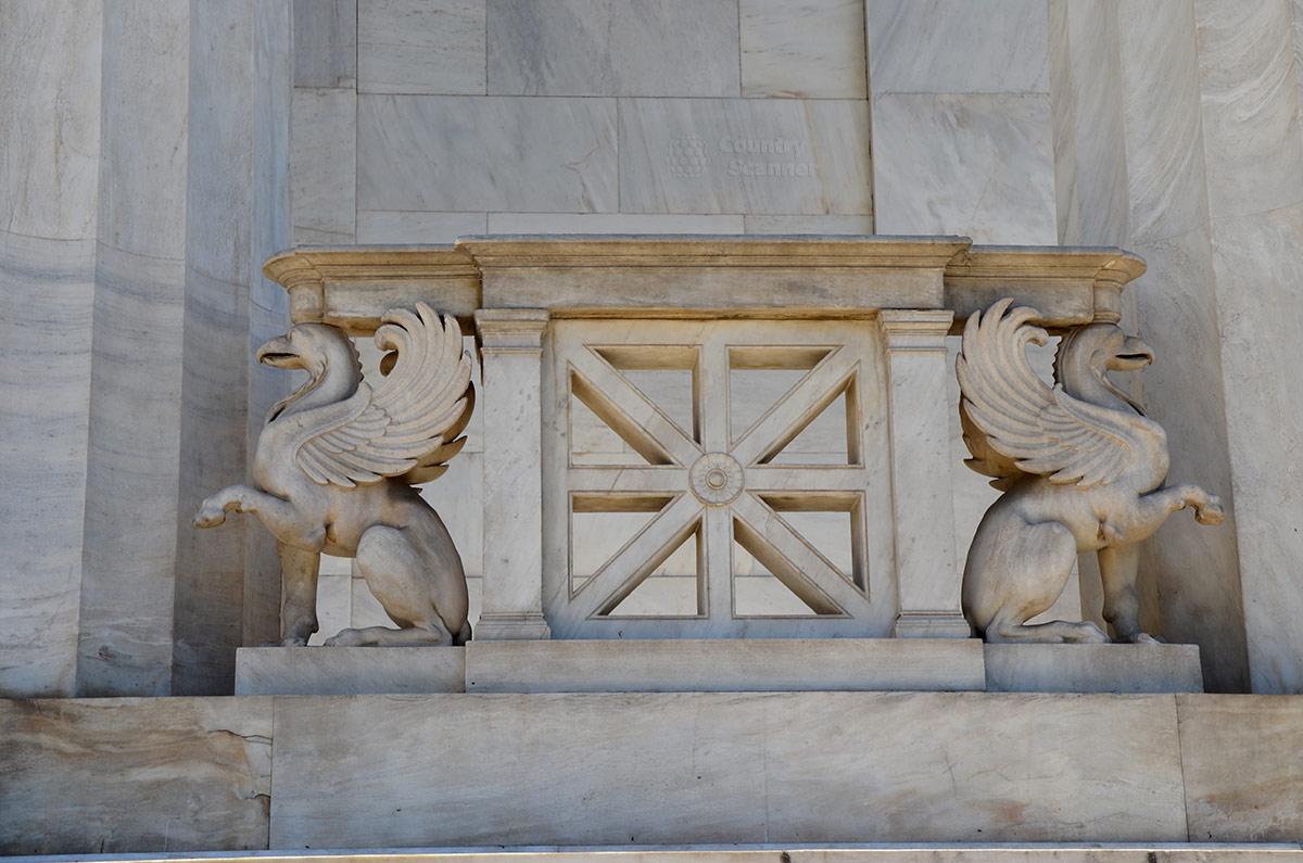 Элемент ограждающей конструкции перил террасы Национальной библиотеки Греции содержит, кроме геометрического орнамента, изображения фантастических животных. Это мифические грифоны с туловищем льва, птичьими головой и крыльями.
