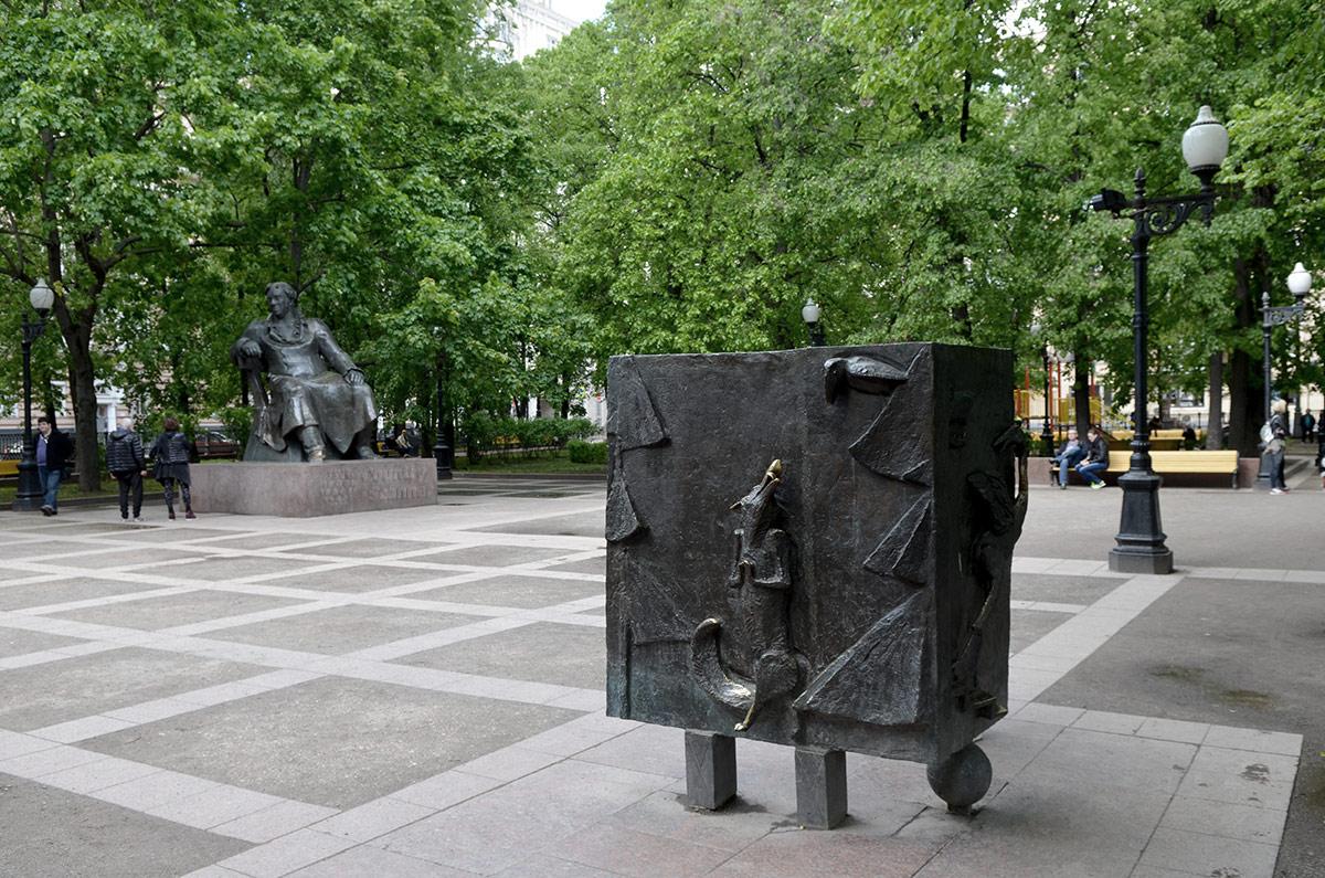 Памятник Крылову - флегматичному и добродушному гению.