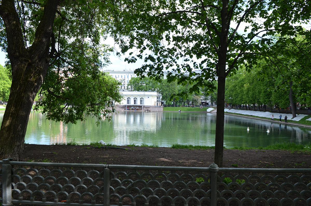 Патриаршие пруды. Вид со стороны памятника Крылову