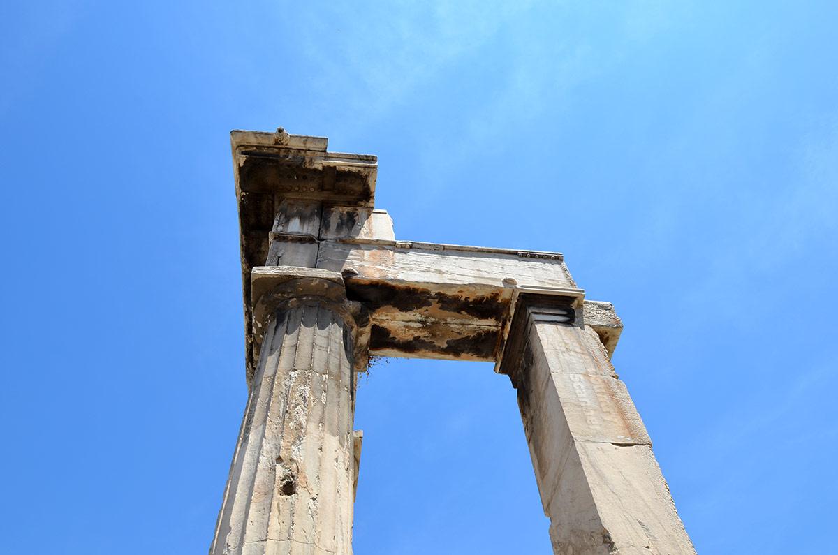 Снимок верхней части опорных сооружений римской агоры дает представление о конструктивных особенностях этого сооружения. Однако представить этот торговый комплекс без комментариев знатоков довольно трудно.