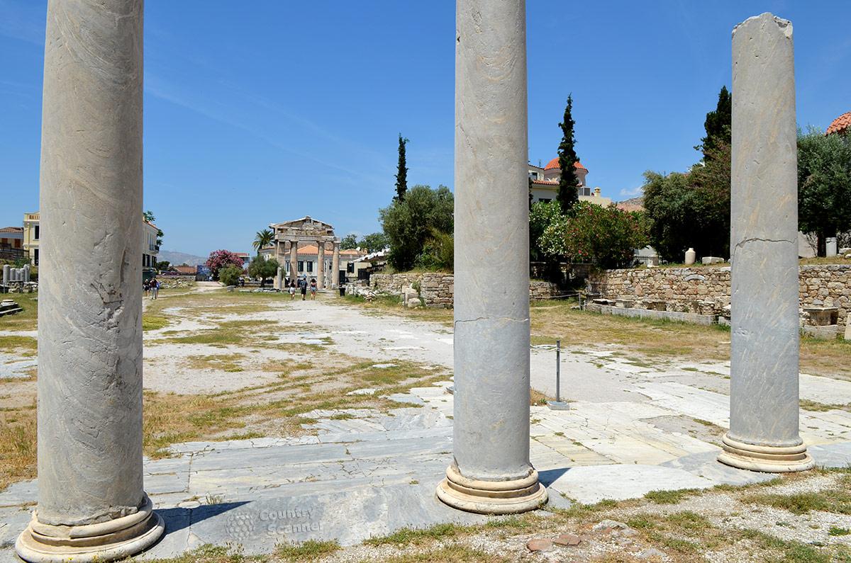 Римская агора была огорожена крытой галереей, состоящей из наружной стены, опорных колонн и перекрытия. До наших дней сохранились только некоторые фрагменты, обнаруженные учеными.