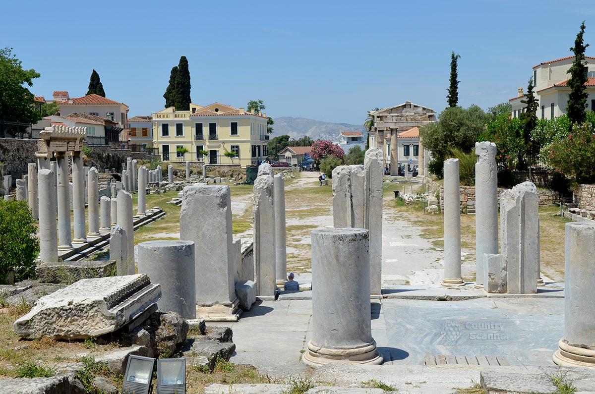 Общий вид грандиозной торговой площадки – римской агоры представляет посетителям то, что осталось от этого древнего сооружения. Размеры этого рынка значительны и по нынешним меркам.