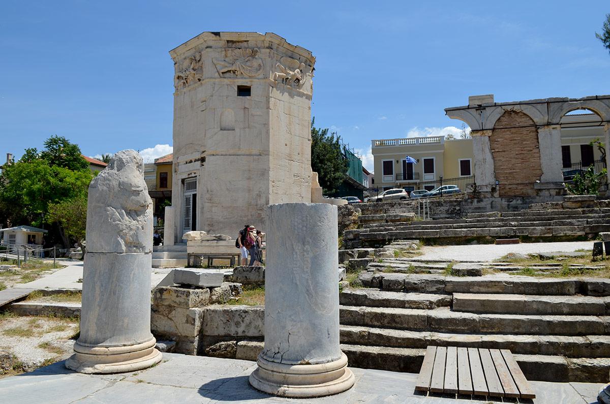 За территорией римской агоры расположено еще несколько приметных объектов. Среди них одна из стен ритуального сооружения – Агораномиона, а также метеорологическая Башня ветров.