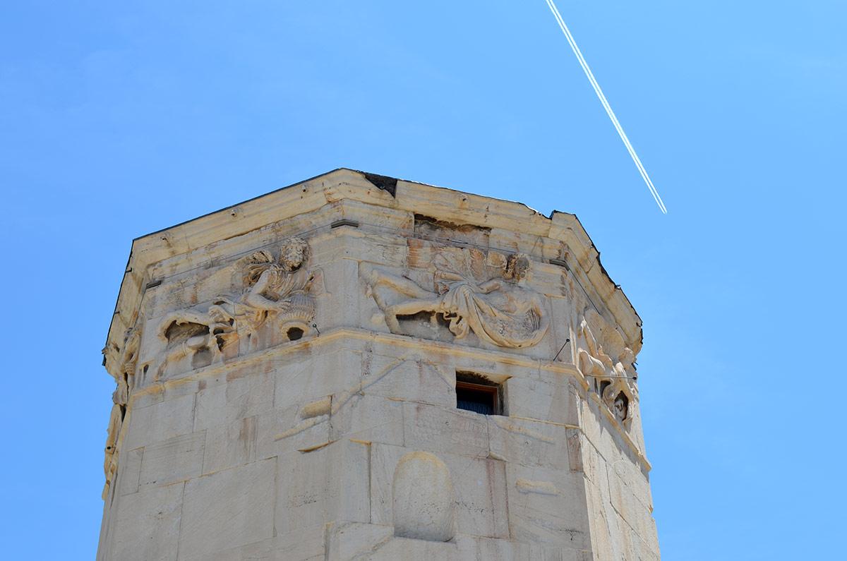 Барельефы мифических существ, олицетворяющих ветры различных направлений – главное украшение восстановленной Башни ветров, соседствующей с развалинами римской агоры.