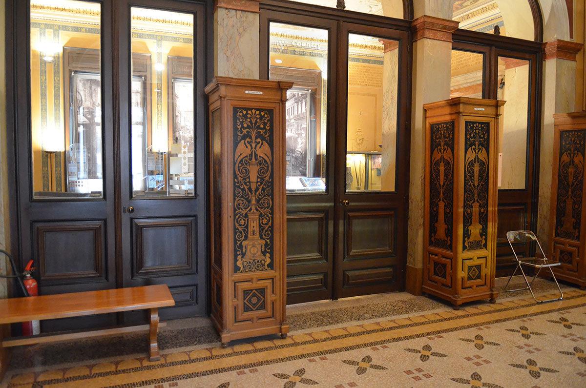 Вход в помещения афинского музея нумизматики украшают изделия с искусно выполненными орнаментами.