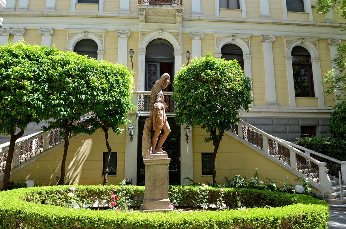 Вид на афинский музей нумизматики из внутреннего дворика. Перед лестницей в дом Шлимана – античная статуя.