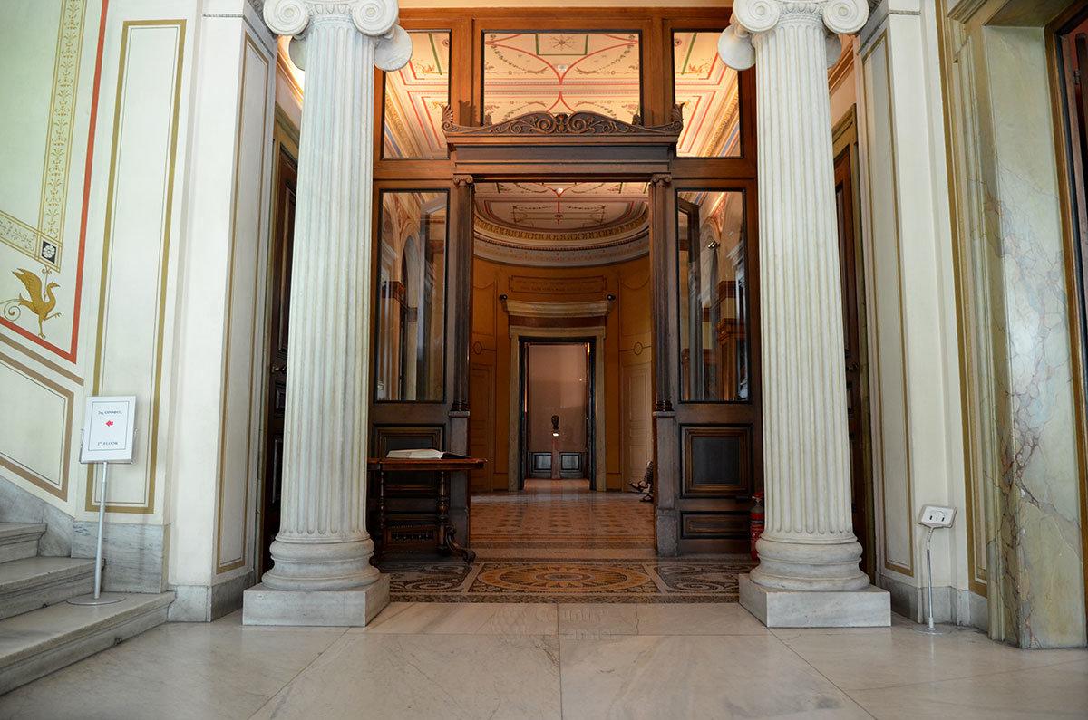 Мраморные колонны входной группы дворца Трои – места размещения старейшего в своей тематике афинского музея нумизматики.