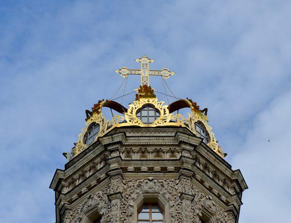 Церковь Знамения Пресвятой Богородицы в Дубровицах. Верхняя часть с крестом.
