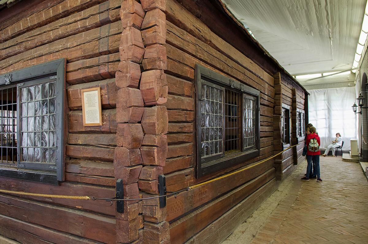 Общий вид домика Петра в Санкт-Петербурге, открывающийся перед посетителями при входе в павильон.