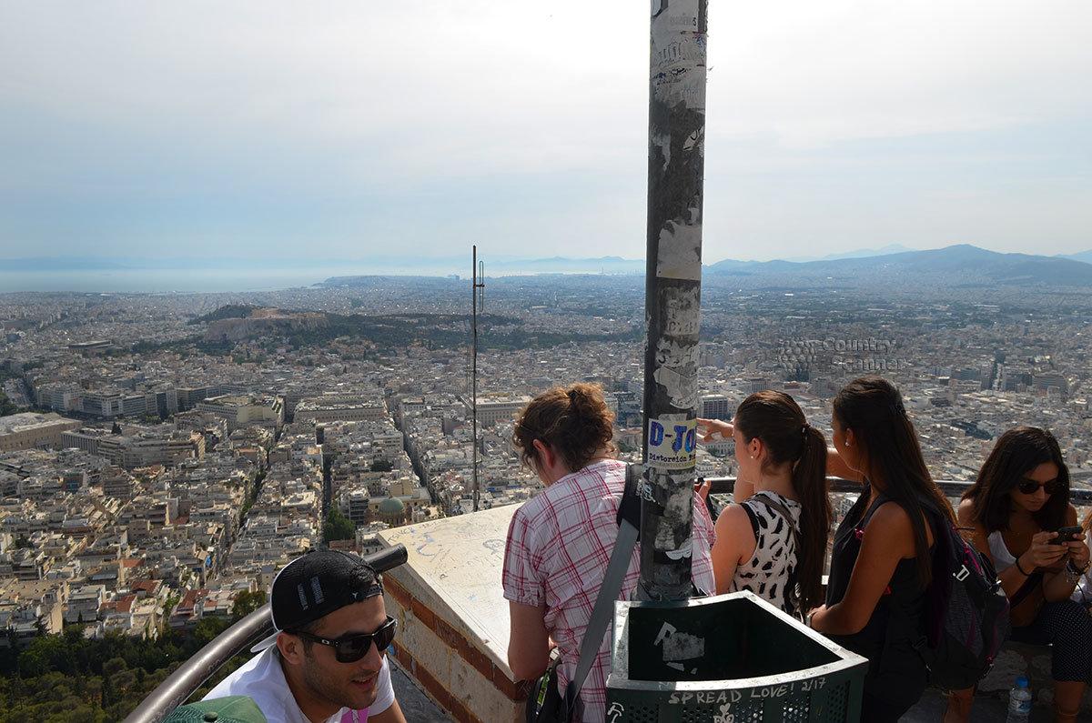 Большинство туристов для своих фото, а художники – для зарисовок используют панораму в сторону Эгейского моря.