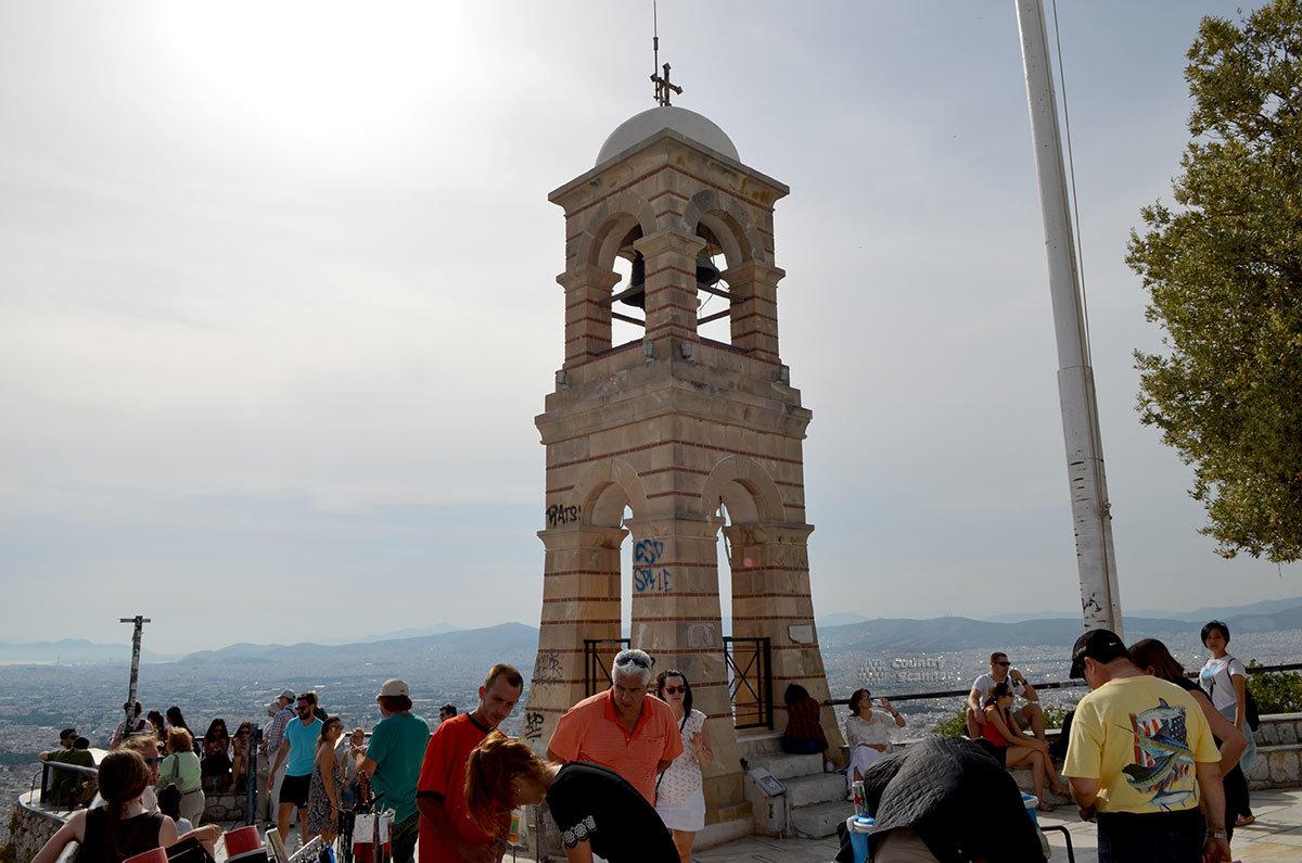 Колокольня византийской церкви Святого Георгия на холме Ликавиттос намного моложе самого здания храма.