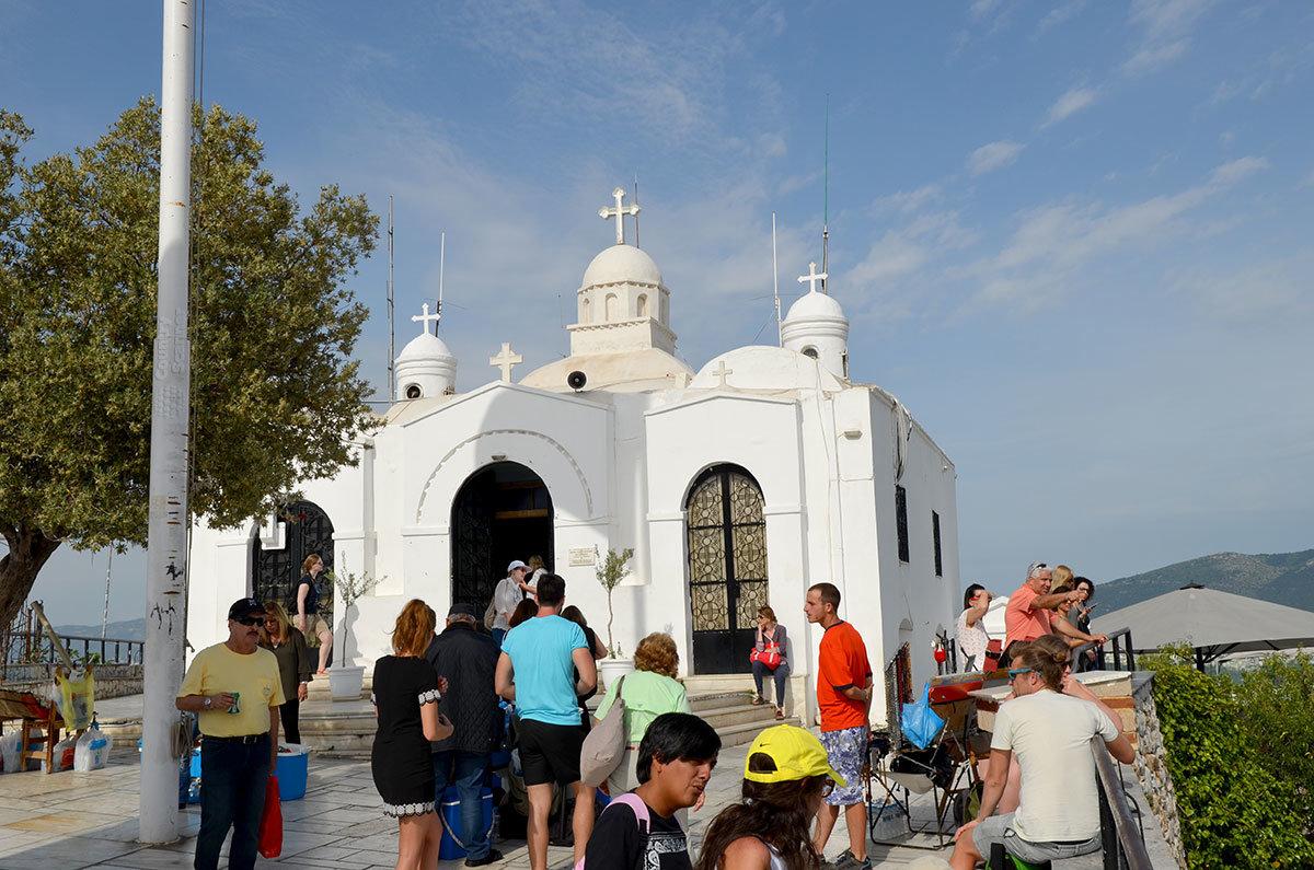 Церковь Святого Георгия была возведена на холме Ликавиттос еще в византийские времена, сгорала в пожаре, но восстановлена и очень популярна.