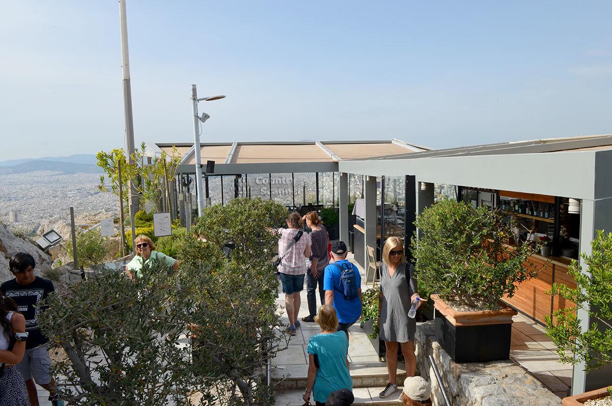 Смотровая площадка для обозрения и фотографирования афинских окрестностей на вершине холма Ликавиттос популярна среди туристов.