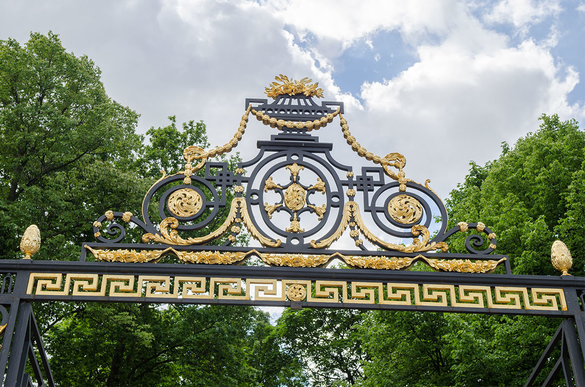 Красочное украшение ворот ограды летнего сада, прекрасное произведение мастеров художественной обработки металла.
