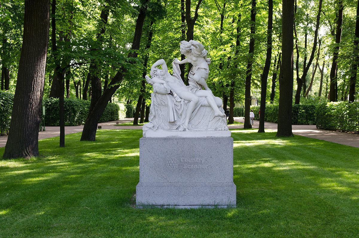 Скульптурная группа Амур и Психея на газоне летнего сада, между двух аллей – работа неизвестного итальянского скульптора.