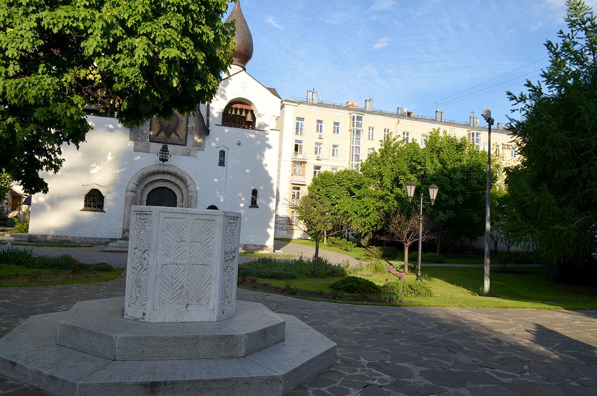 Напротив двуглавой колокольни собора Покрова Пресвятой Богородицы в Марфо-Мариинской Обители устроен фонтан, или мраморная купель.