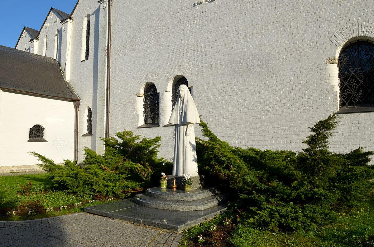 Памятник великомученице Елизавете Федоровне, основательнице Марфо-Мариинской Обители милосердия в Москве.