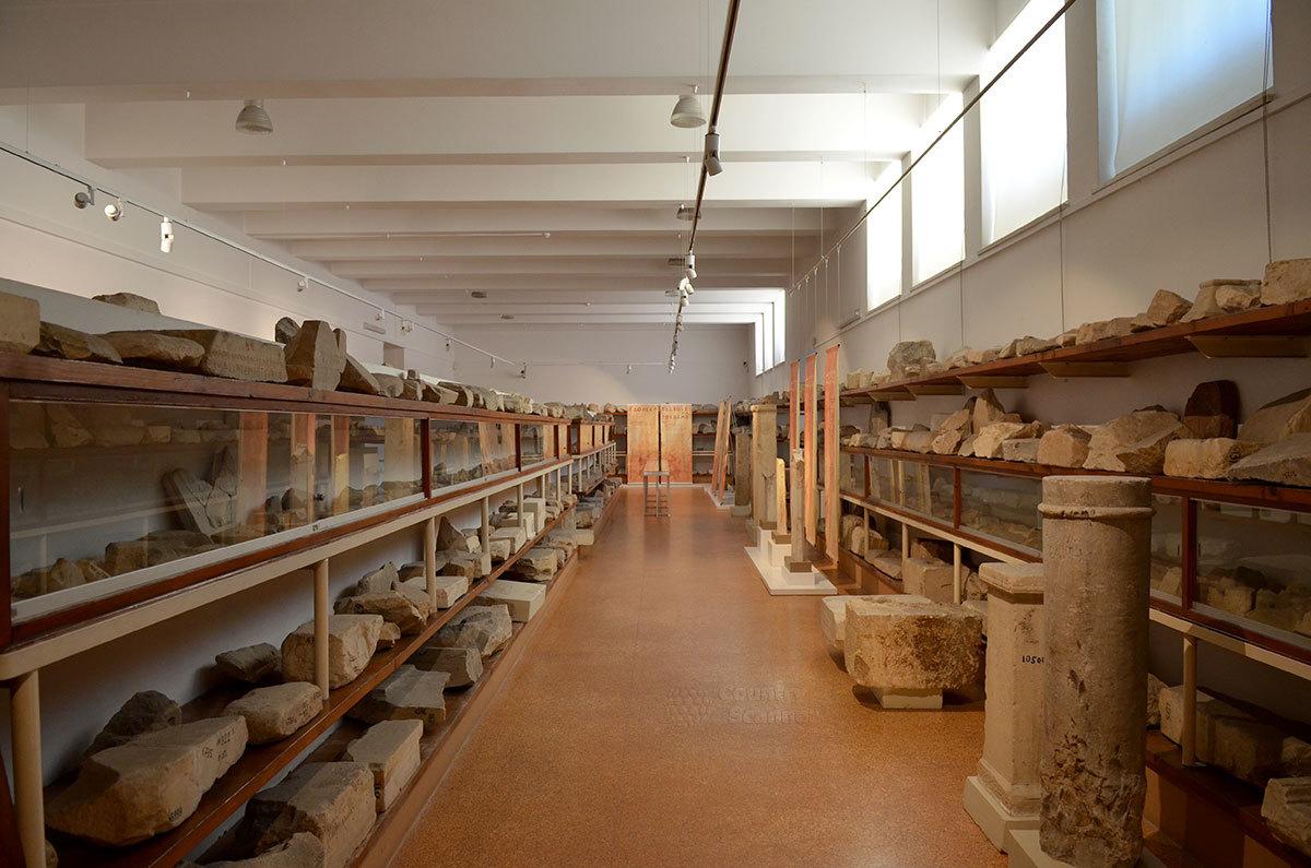 Хранилище каменных экспонатов музея эпиграфики вмещает более 13 тысяч каменных плит с фрагментами текстов.