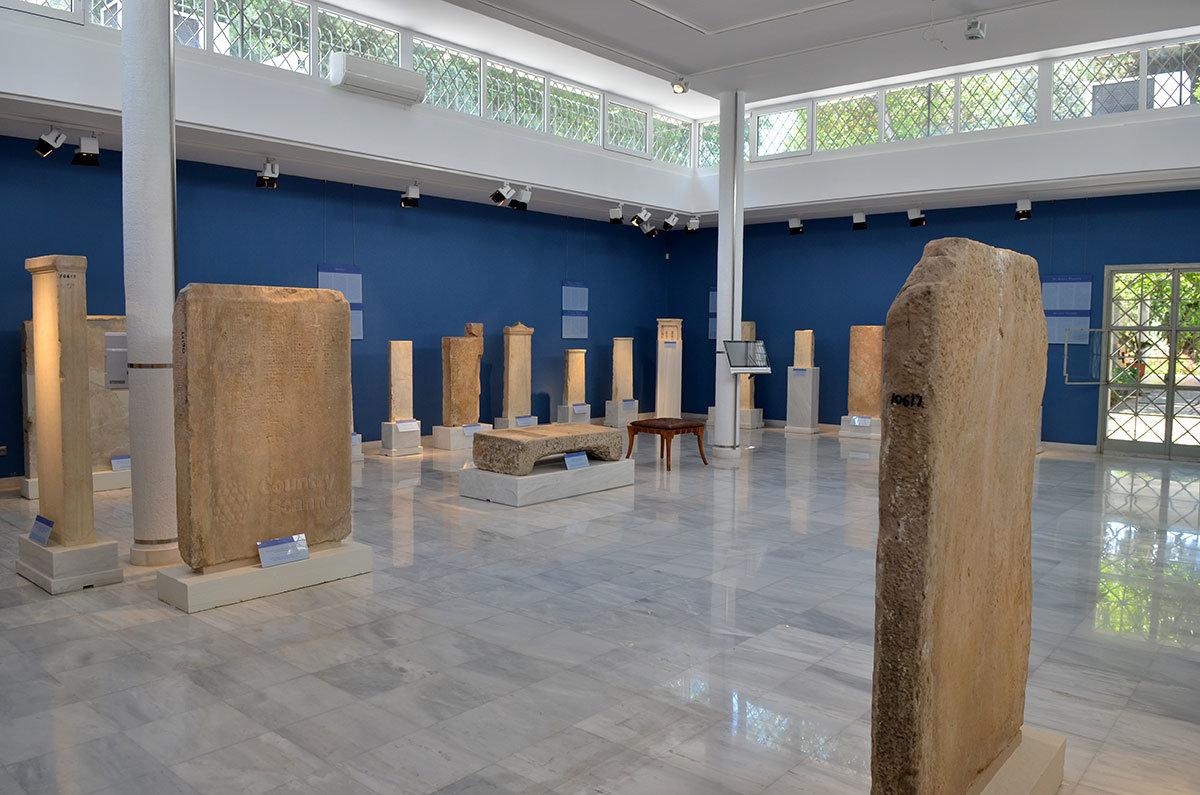 Голубой зал музея эпиграфики оборудован внутренним балконом вдоль периметра его стен, имеет колонны для поддержания потолка.