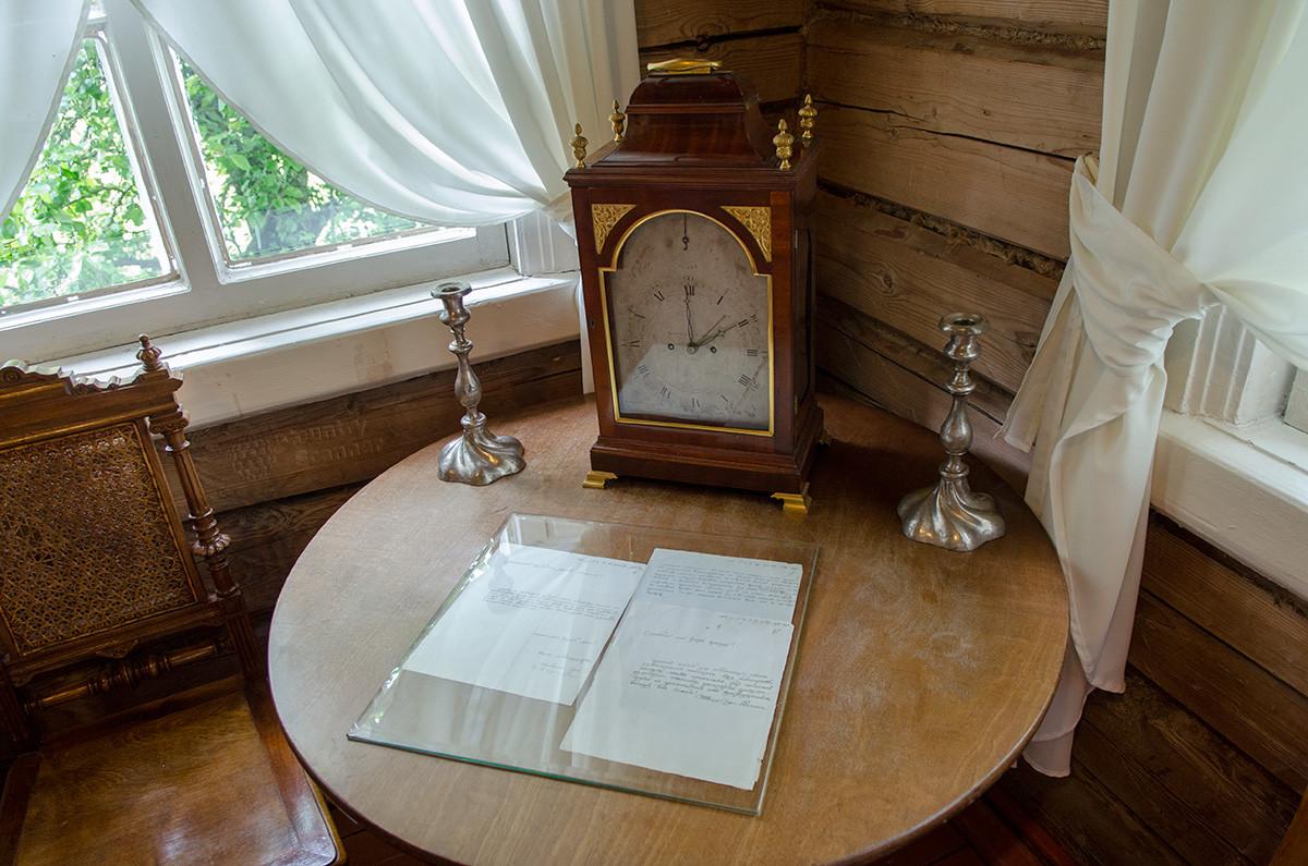 Часы, якобы попавшие в музей Суворова из Павловского дворца, представлены крупным планом.