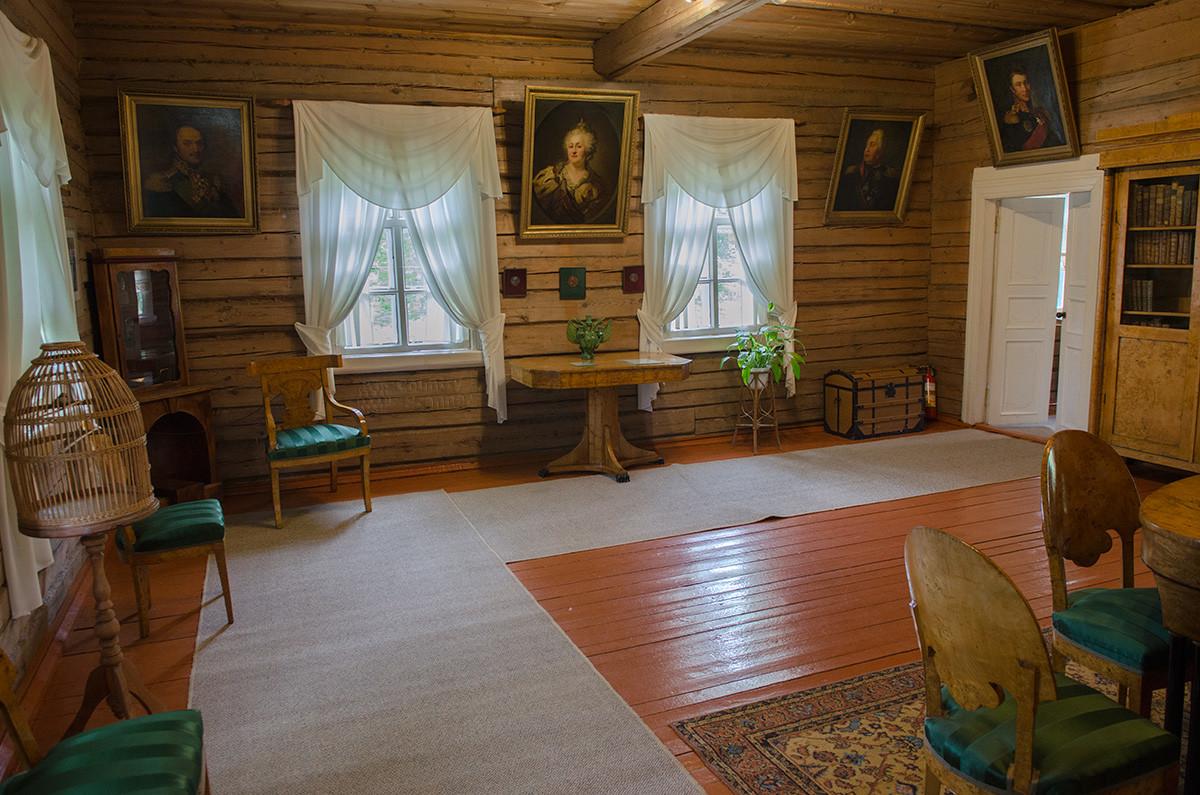 Большая гостиная дома музея Суворова увешана портретами учившихся у него военачальников, здесь же изображение императрицы.