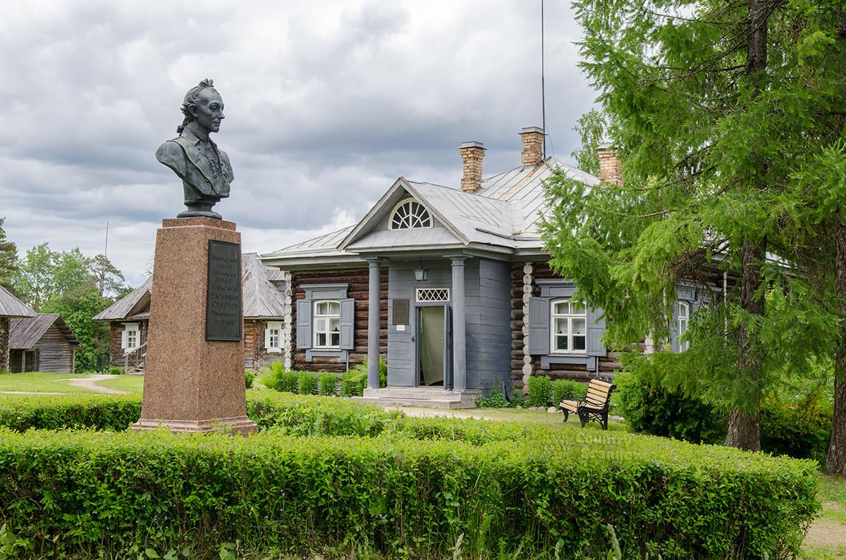 Главное здание усадьбы и памятник полководцу работы Рукавишникова в центральной части территории музея Суворова.