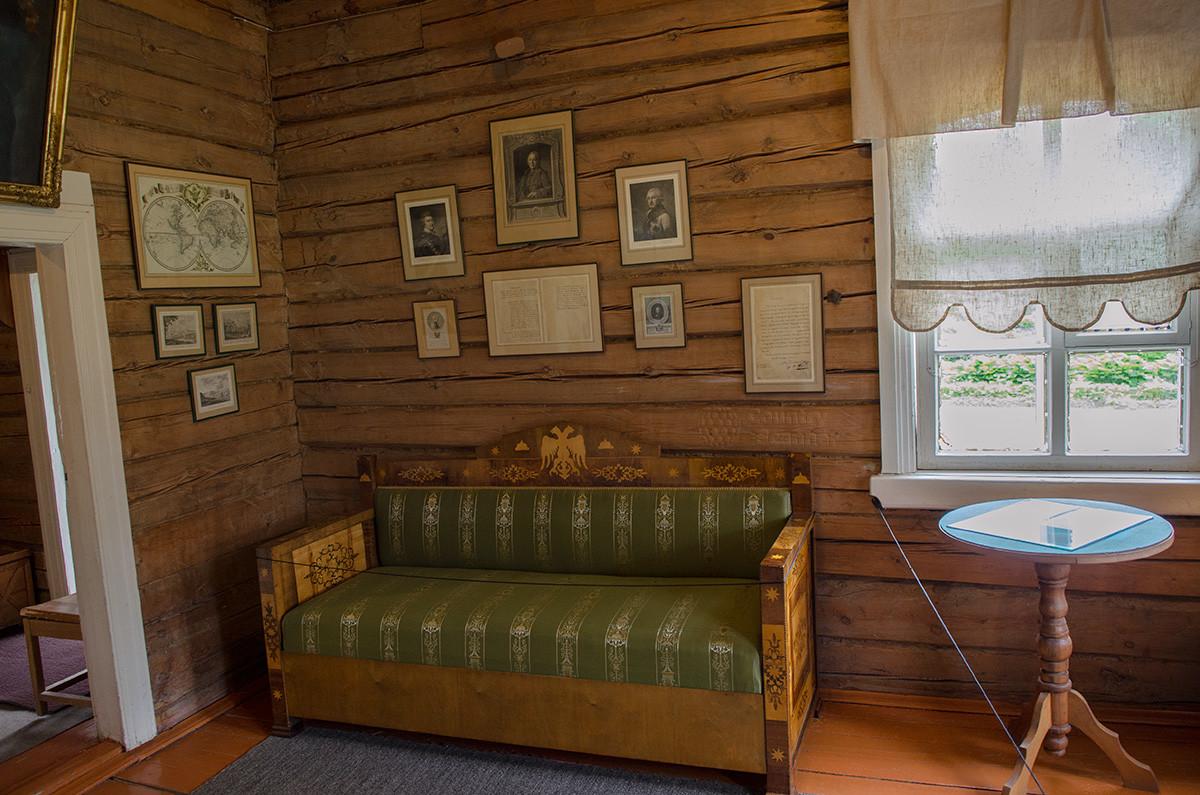 Один из видов приемной в музее Суворова, портреты и документы на стене, письма на круглом столике.