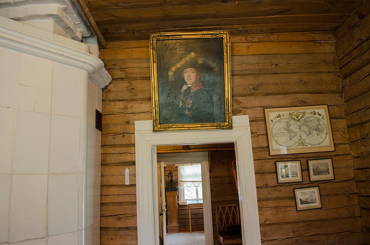 Возле отопительной печи в музее Суворова размещен портрет императора Павла Первого, хотя он и был инициатором увольнения и ссылки полководца.